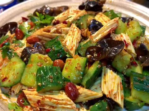 过年大鱼大肉吃腻了,试试这道腐竹木耳拍黄瓜开胃菜!
