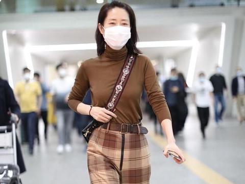 """刘敏涛更有韵味了,单穿大地色""""秋衣"""",配格纹阔腿裤很有英伦范"""