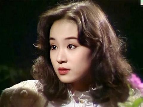琼瑶女郎刘雪华杀青,走在农田中步伐显踉跄,遇到后辈送礼吓一跳