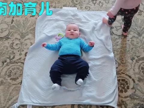 宝宝醒来没看见爸妈大哭,宝妈刚把娃抱到怀里,娃就笑了,好暖