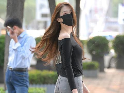 黑色一字肩长袖搭配灰色打底裤,火爆流行,不乏成熟优雅