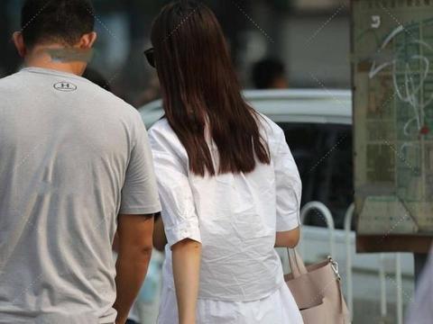 小妹身穿长款衬衫裙,中长风格突出衬衣的强势气场