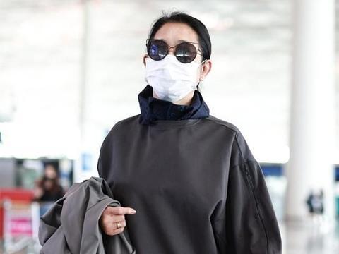 62岁倪萍依旧保持好身材,穿灰色长款风衣,简约高级有气场