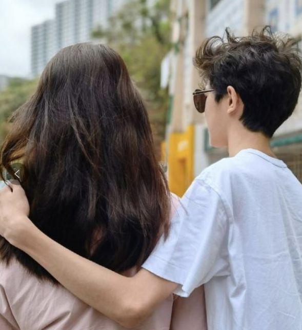 袁咏仪14岁儿子罕晒近照,搂妈妈肩膀高调示爱,棱角分明比妈还高