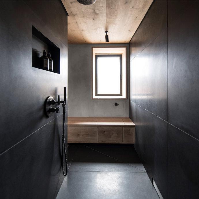 充满质感的深色浴室设计