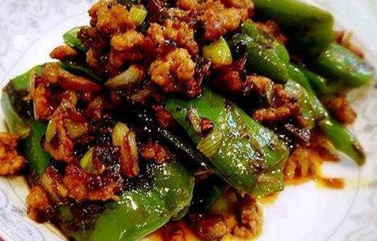 美食:青椒笋干烧排骨,红烧鸡爪,皮蛋腰花,虎皮青椒的做法