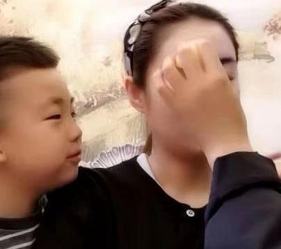 乡爱王小蒙疑晒娃,向妈妈索吻样貌好帅气,前夫入狱后独养俩娃