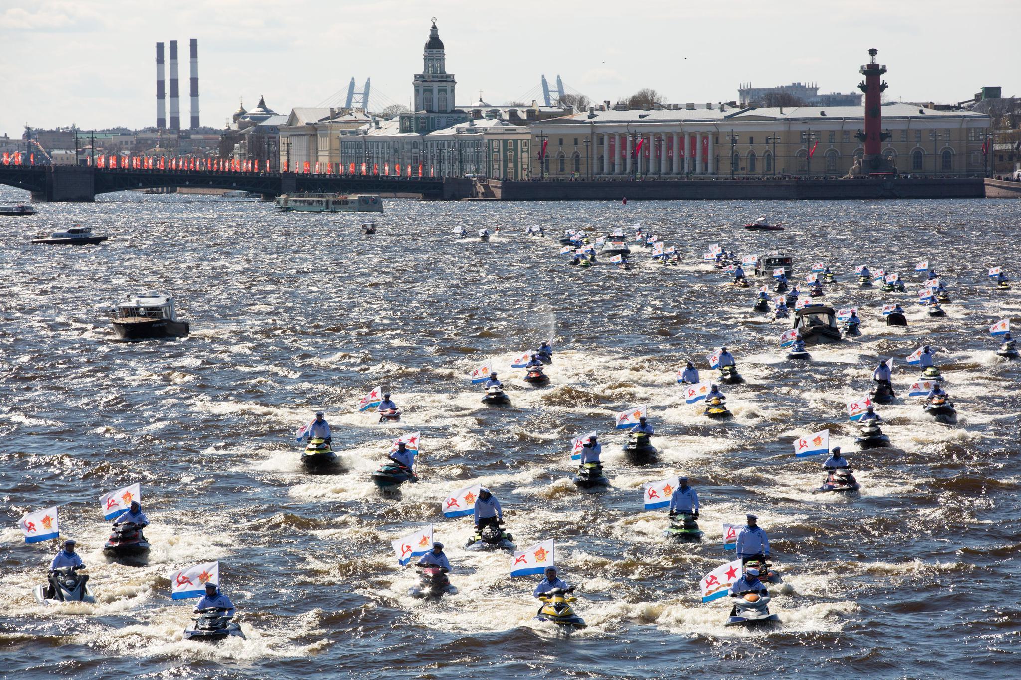 圣彼得堡举行水上游行纪念卫国战争胜利76周年