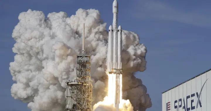"""""""猎鹰9号""""运载火箭搭载又一批""""星链""""卫星发射升空"""