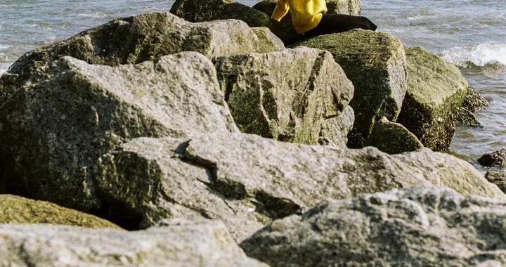他拍下海边吹口琴的女孩,和海浪合成美妙的旋律