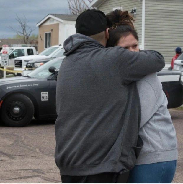 凌晨枪击案致7人死亡,孩子就在车外玩耍