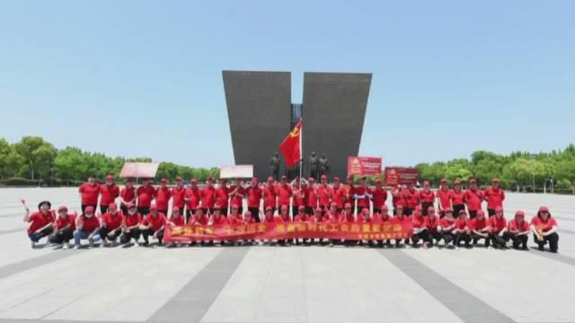 5月9日,在渡江战役纪念馆前……