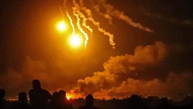 凌晨时分战斗爆发,大量火箭弹砸向美军基地,现场火光冲天