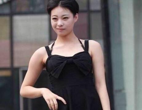 黑色吊带连衣裙搭配银色高跟鞋,又飒又美,展现成熟气质与魅力