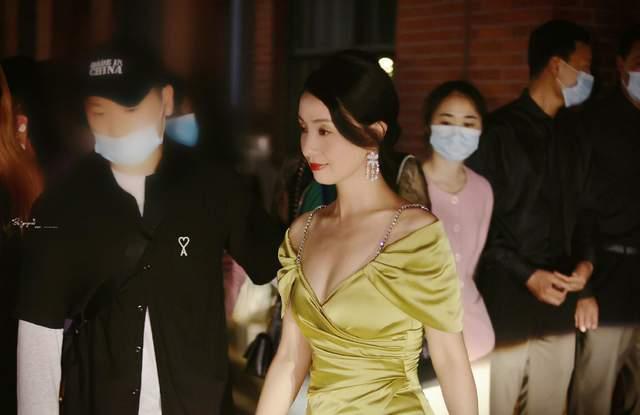 49岁陶虹盛装出席颁奖礼,粉丝镜头下优雅明媚气质绝,氛围感十足