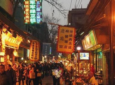 """西安美食众多的小吃街,一条不起眼的老巷子,两边多是""""老字号"""""""