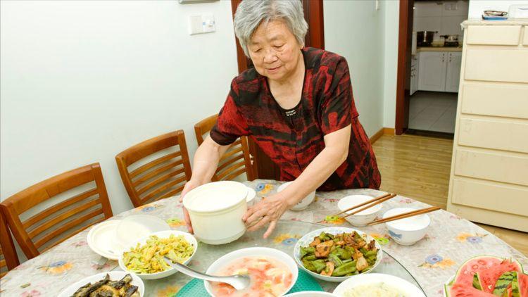 主仆变夫妻,以为婚后会很幸福,65岁的阿姨说:男人都一样