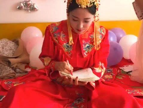 最美新娘走红,结婚不忘批改试卷,网友:人美心更美!
