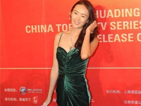 童瑶穿丝绒裙真有女人味,虽然肤色黑但不影响貌美,气质也挺出众