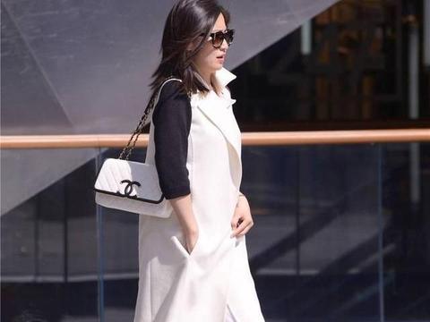 黑色尖头细高跟鞋,白色宽腿裤,30岁后的成熟女士
