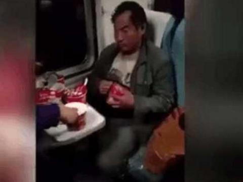 农民工男子在火车上吃下7桶泡面,整个车厢的人都不淡定了
