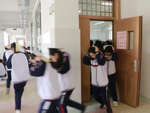 5.12防灾减灾日来临,卧龙区教体局组织防震逃生应急演练