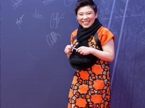 邓亚萍现身演讲,顶着大妈头脸又松垮蜡黄,就是个普通中年妇女!