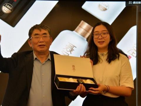 26岁的她嫁年近半百的棋圣聂卫平,北京有豪宅,出行戴棒球帽