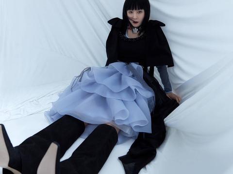 秦岚解锁杂志夏季刊封面 黑白光感间化身暗黑魔女