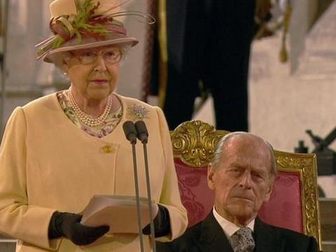 女王出席议会,菲利普亲王座位被撤销,95岁老人独自入座倍显落寞