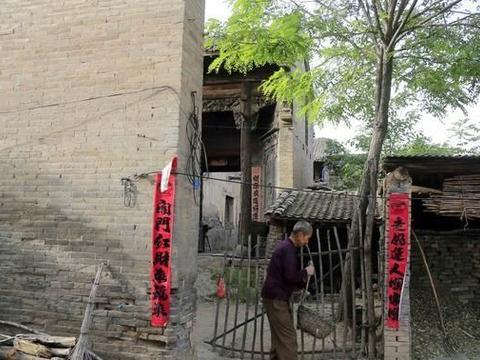 临汾南太涧村有个财富胡同,几座古宅院里的砖雕木雕堪称当地瑰宝