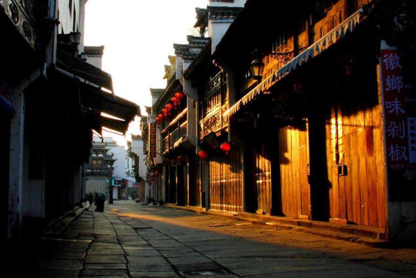 """黄山充满古韵的小吃街,长1272米,被称流动的""""清明上河图"""""""