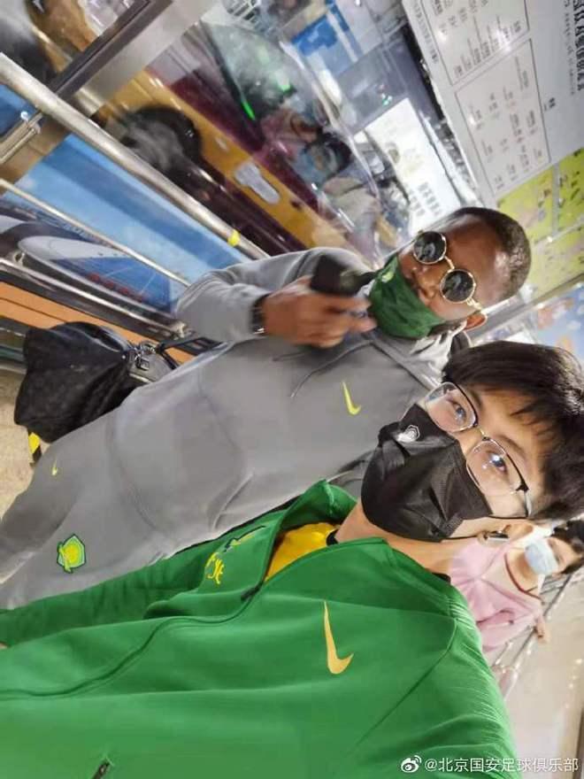 巴坎布北京南站迷路 国安球迷将他送上出租车