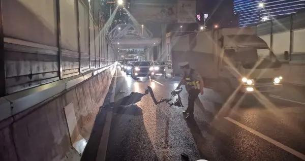 """一堆铁皮""""躺""""在中环上 过往车辆纷纷避让 交警及时处置除隐患"""