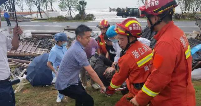 浙江常山一凉亭因强降雨倒塌 7人受伤