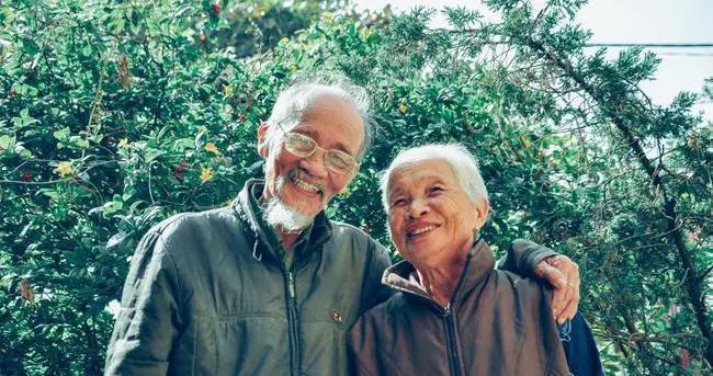 人老了都怕老年痴呆,研究表明:有这几种吃饭习惯的老人,风险大