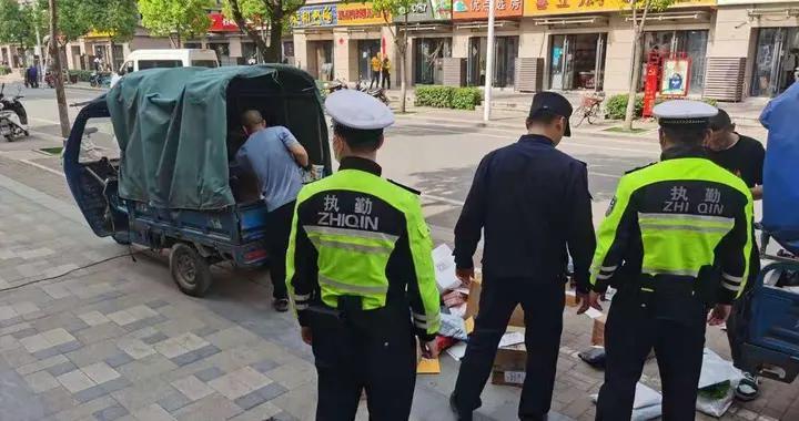 南京栖霞龙潭城管开展辖区重点路段盲道占用整治