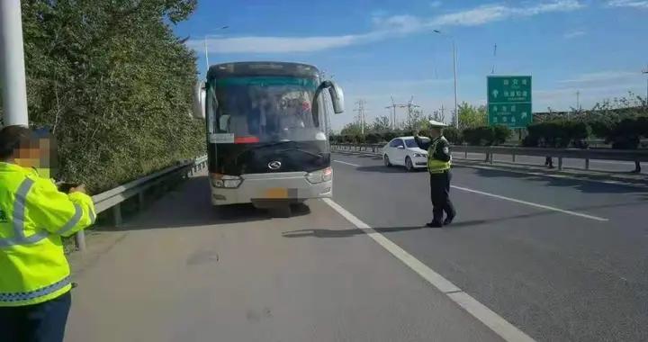 客车司机突发疾病 烟台高速交警紧急救援 成功转运37名乘客