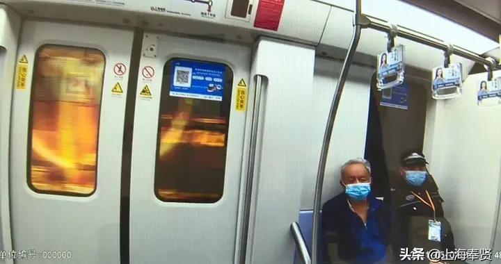 老人疑似中暑迷糊坐到地铁终点站 轨交公安贴心安排一路护送到家