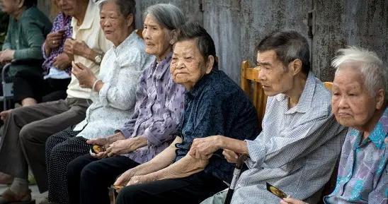 中国人口十年巨变,老年人口升到2.6亿,养老金还够发吗?