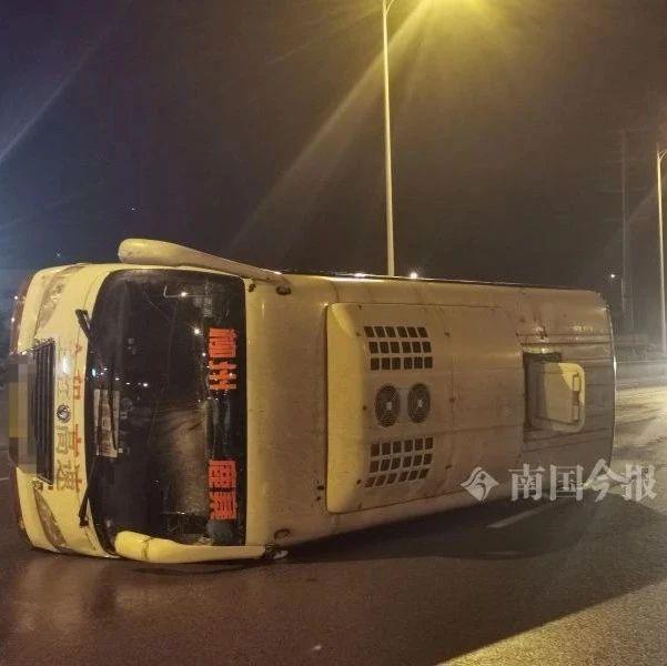柳州这立交桥载客中巴侧翻,司机医护人员上演暴雨救援