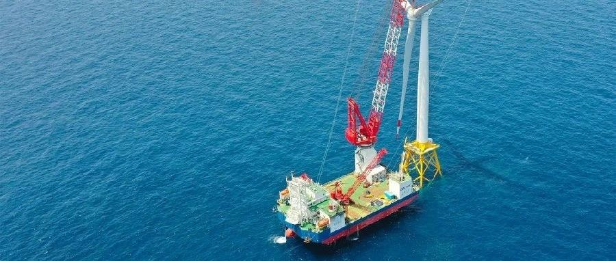 国内首个近海深水区海上风电项目完成首台风机吊装