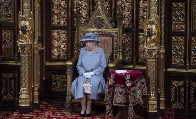 搀扶女王有国王范,彻底取代菲利普亲王