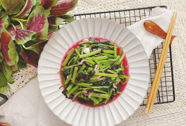 苋菜直接炒就错了,多加2种配料,钙铁含量丰富,汤汁拌饭超香