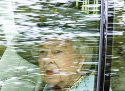 亲王离世后首露面,女王不戴王冠也贵气,卡米拉素雅白裙甘当绿叶