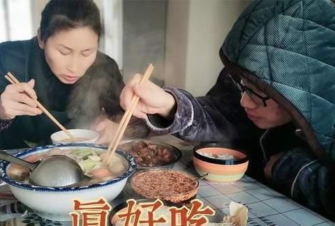 午饭古月做了牛肉丸子瘦肉汤,配上自制的辣椒油,和儿子吃过瘾