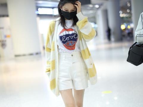 李沁这身材真让女孩子羡慕,不胖不瘦好匀称,穿黄色开衫好清新