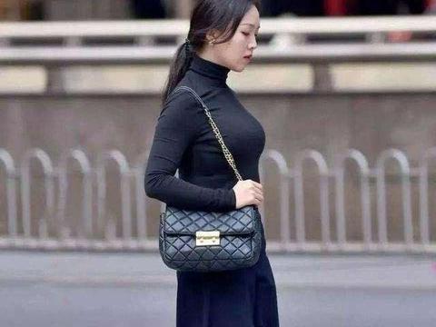 黑色紧身高领上衣搭配黑色九分阔腿裤,时尚潮流,显得温柔