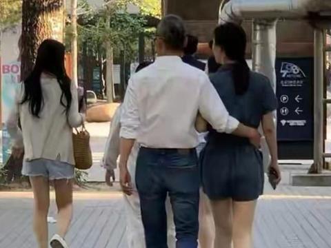70岁王石与40岁田朴珺街头散步,手挽手大秀恩爱,背影像同代人