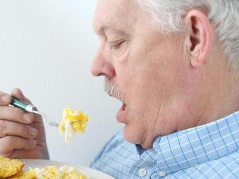 肠胃不好,尽量少吃这3类食物,过量食用,或会给胃粘膜造成损伤